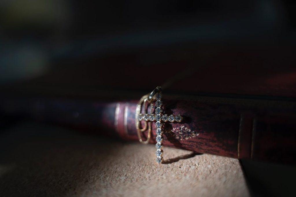 Βαπτιστικός σταυρός λεπτός με ζιργκόν Jewelor
